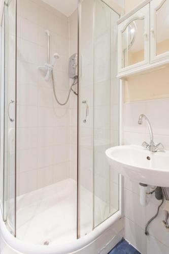 402 Shower W1U - 42 Gloucester place Room-402 6812